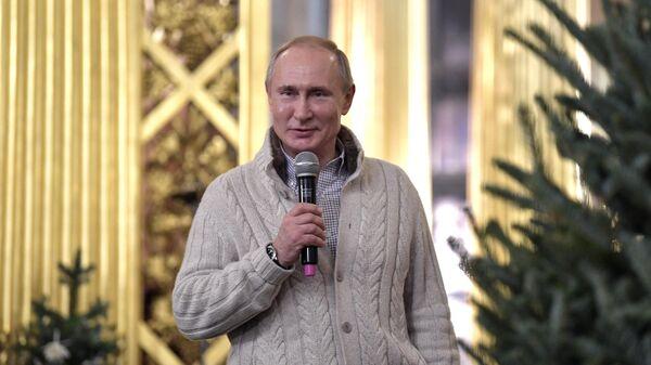 Владимир Путин поздравляет с праздником прихожан в Спасо-Преображенском соборе всей гвардии в Санкт-Петербурге после Рождественского богослужения