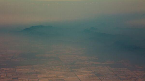 Вид с самолета на дым от лесных пожаров в регионе Нового Южного Уэльса, Австралия. 7 января 2019