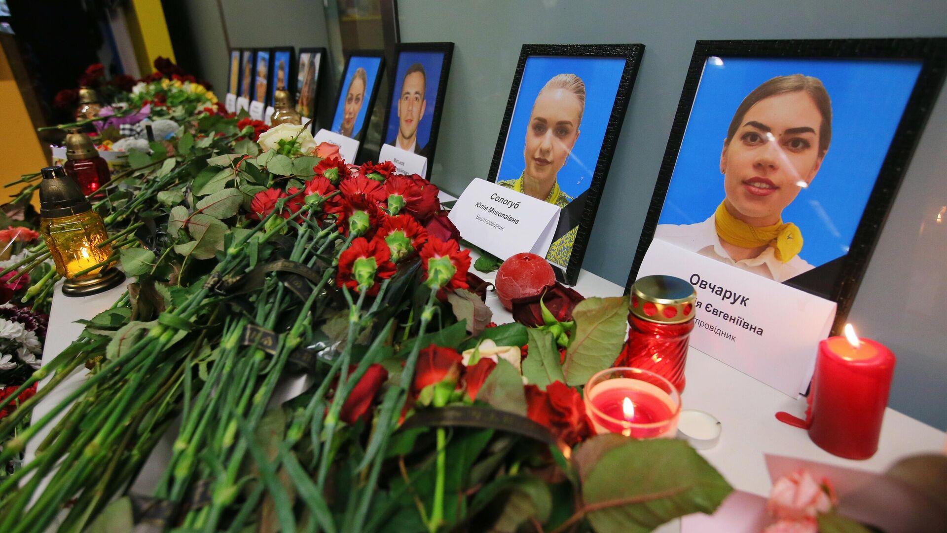 Цветы и свечи в международном аэропорту Борисполь в Киеве в память о членах экипажа пассажирского лайнера Международных авиалиний Украины Boeing 737-800, разбившегося в Тегеране - РИА Новости, 1920, 30.12.2020