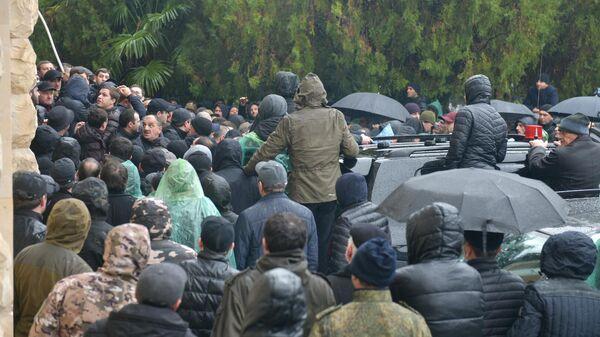 Участники акции оппозиции у здания администрации президента Абхазии