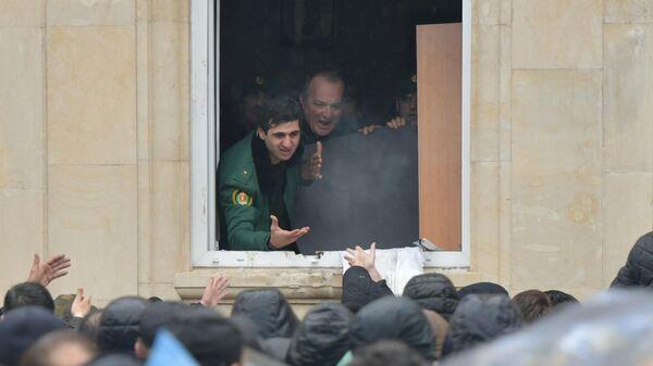 Протестующие пытаются прорваться в здание администрации президента Абхазии в Сухуме