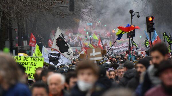 Участники акции протеста против пенсионной реформы в Париже