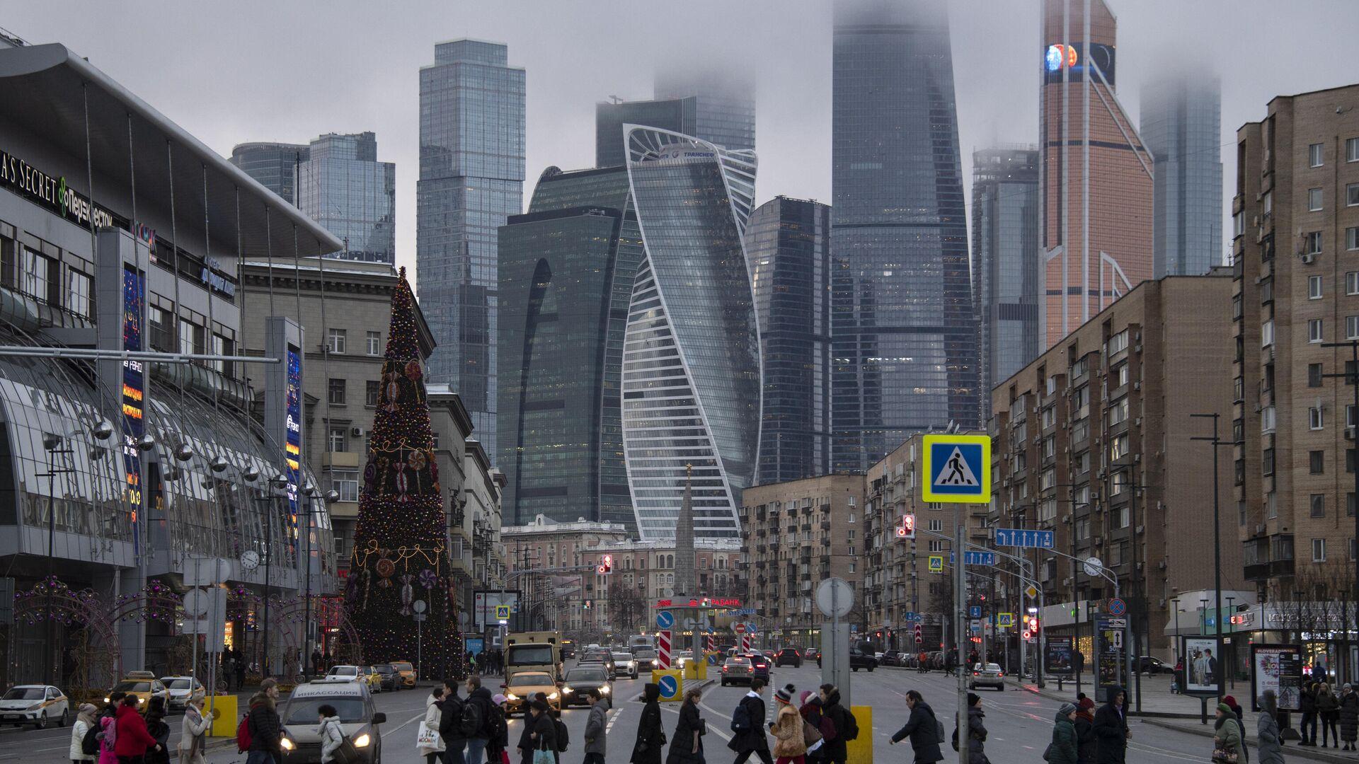 Пешеходы переходят Большую Дорогомиловскую улицу в Москве - РИА Новости, 1920, 20.02.2021