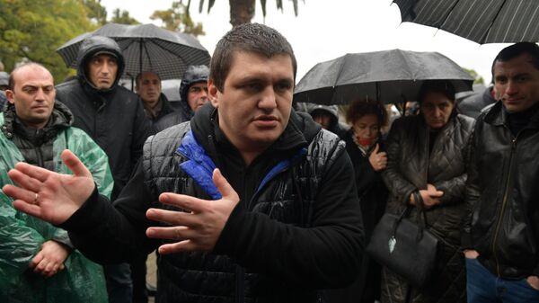 Организатор митинга Ахра Авидзба у здания администрации президента Республики Абхазия в Сухуме, которое штурмуют митингующие
