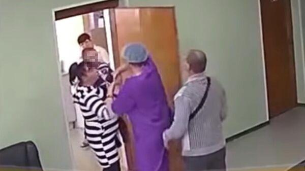 Стоп-кадр видео конфликта в поликлинике Уссурийска