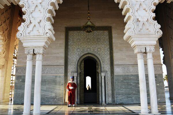 Гвардеец у входа в Мавзолей Мохаммеда V (короля Марокко) в Рабате.