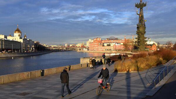 Прохожие на Крымской набережной в Москве