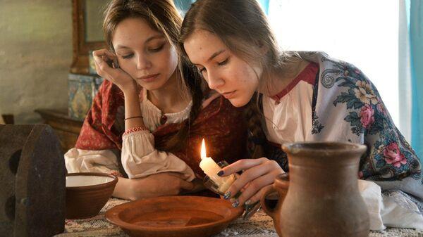 Девушки во время святочных гаданий в казачьем поселке Черноречье Челябинской области