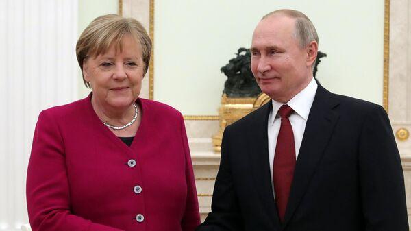 Президент РФ Владимир Путин и федеральный канцлер Германии Ангела Меркель во время встречи