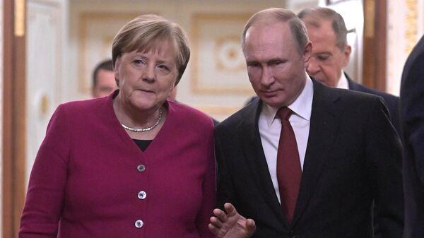 Президент РФ Владимир Путин и федеральный канцлер Германии Ангела Меркель перед совместной пресс-конференцией по итогам встречи