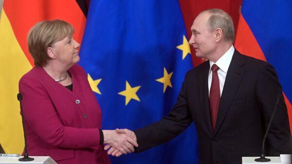 Президент РФ Владимир Путин и федеральный канцлер Германии Ангела Меркель во время совместной пресс-конференции по итогам встречи