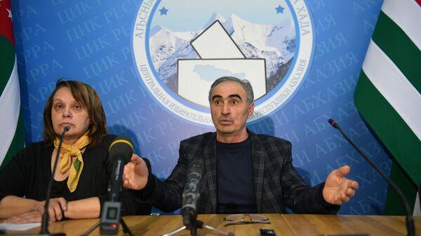 Председатель Центральной избирательной комиссии Республики Абхазия Тамаз Гогия выступает на брифинге