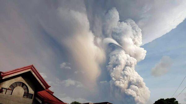 Извержение вулкана Тааль  недалеко от Манилы на Филиппинах. 12 января 2020