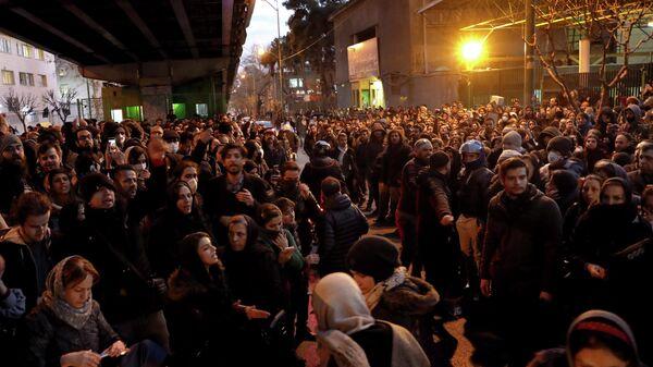 Участники демонстрации у здания Университета имени Амира Кабира в Тегеране, Иран. 11 января 2020