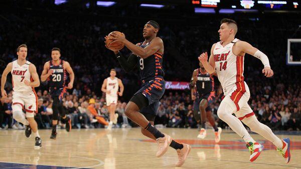 Игрок Нью-Йорк Никс Эр Джей Барретт в матче НБА против Майами Хит