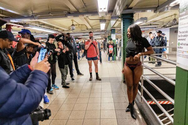Участники международного флешмоба В метро без штанов в нью-йоркском метро
