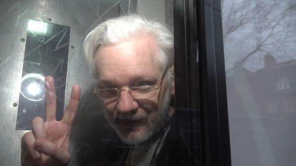 Ассанжа увозят в тюремном фургоне после суда в Лондоне