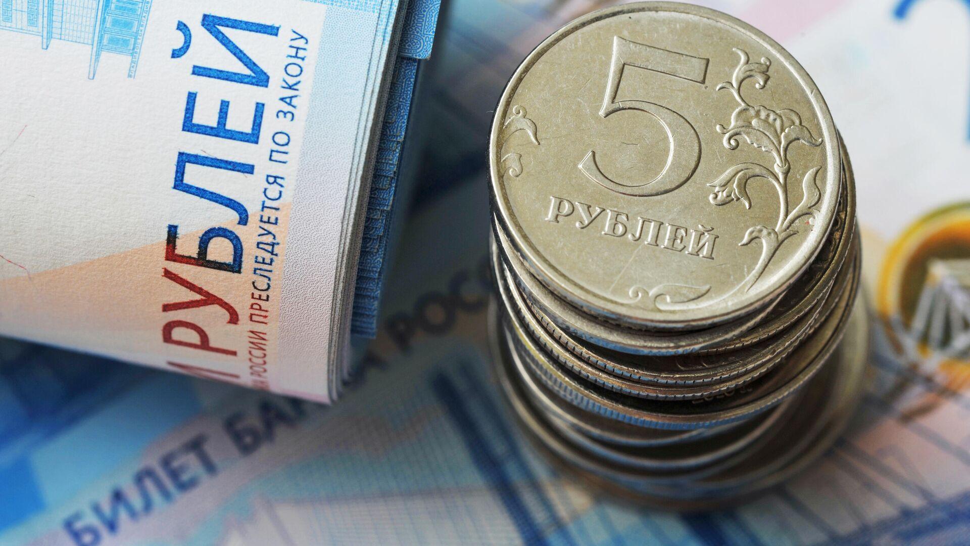 Банкноты номиналом 2000 рублей и монеты номиналом 5 рублей - РИА Новости, 1920, 12.10.2020