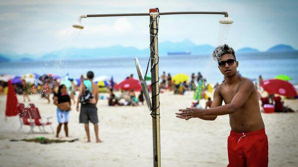 Отдыхающие на пляже в Рио-де-Жанейро