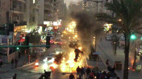 Демонстранты подожгли покрышки на улице Корниш эль-Мазраа в центре Бейрута