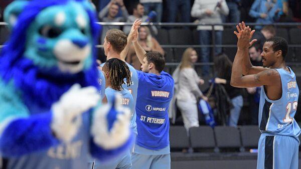 Игроки БК Зенит  благодарят болельщиков за поддержку