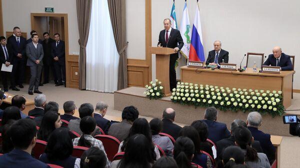 Исполняющий обязанности министра иностранных дел России Сергей Лавров выступает во время посещения филиала МГИМО в Ташкенте