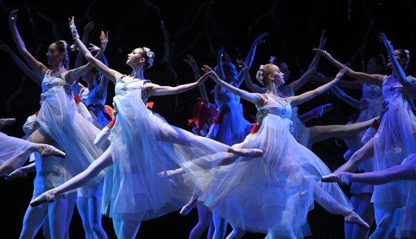 Сцена из балета Кракатук в постановке Наталии Касаткиной на Исторической сцене Большого театра