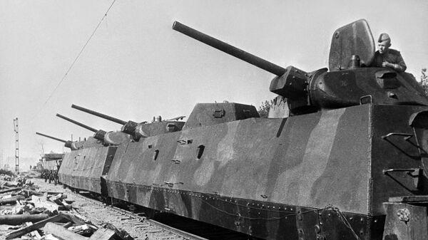 Советский бронепоезд ведет артиллерийский огонь по противнику в окрестностях Варшавы