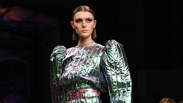 Модель на показе Marina Hoermanseder в рамках недели моды в Берлине