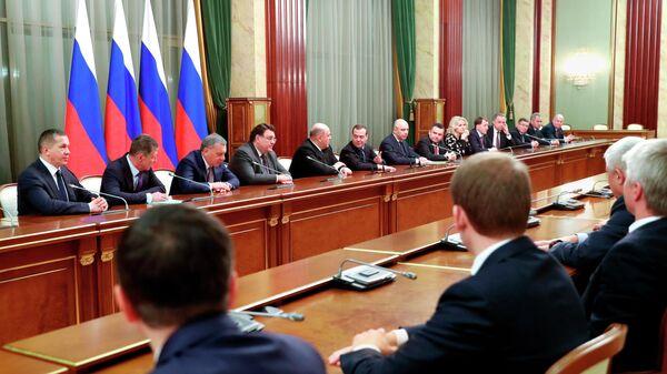 Председатель правительства РФ Михаил Мишустин и заместитель председателя Совета безопасности РФ Дмитрий Медведев проводят встречу с членами российского правительства