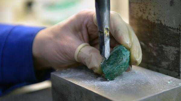 Очистка и огранка изумрудов на изумрудоизвлекательной фабрике Мариинского прииска