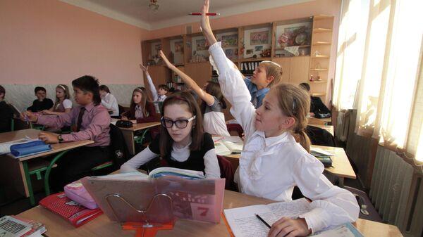 Ученики киевской гимназии во время урока
