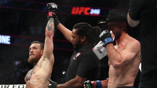 Конор Макгрегор объявляется победителем в бою с Дональдом Серроне.