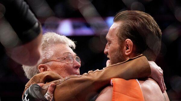 Конор Макгрегор со своем бабушкой после боя с Дональдом Серроне.