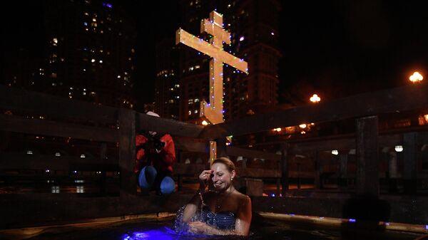 Девушка во время крещенских купаний на территории яхт-клуба Алые Паруса в Москве