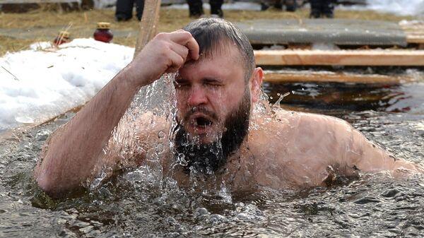 Мужчина во время крещенских купаний в Верх-Исетском пруду в Екатеринбурге