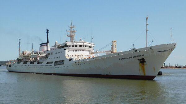 Океанографическое исследовательское судно Балтийского флота Адмирал Владимирский, совершающее кругосветную экспедицию, в порту Монтевидео