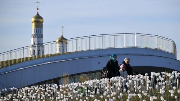 Отдыхающие в парке Зарядье в Москве