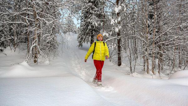 Туристка на снегоступах в Лапландском заповеднике