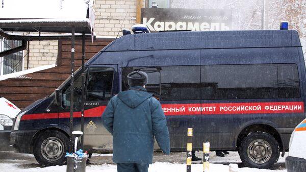 Автомобиль Следственного комитета РФ у мини-отеля Карамель в Перми, в котором в результате прорыва трубы с кипятком погибли пять человек