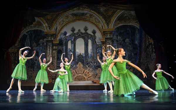 Участницы балетной школы Армида (Москва) выступают на конкурсе Весна священная в театре Русская песня в Москве