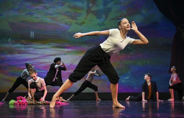 Участники хореографической студии Дети магнитки (Магнитогорск) выступают на конкурсе Весна священная в театре Русская песня в Москве
