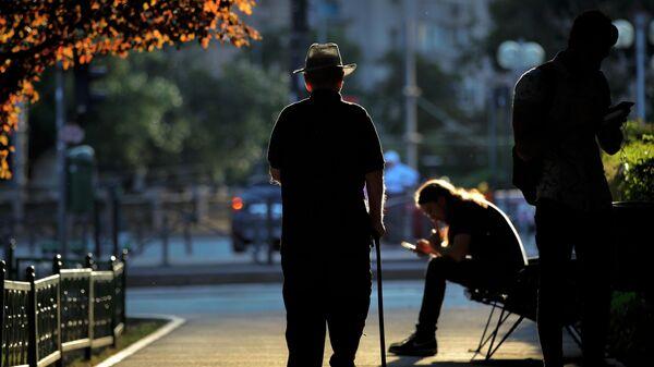 Пожилой мужчина на прогулке в Бухаресте