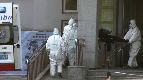 Работники скорой помощи в больнице города Ухань в китайской провинции Хубэй