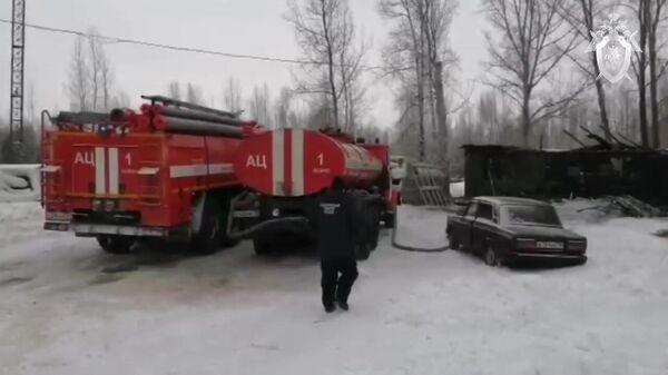 Машины противопожарной службы МЧС РФ на месте пожара в частном доме в поселке Причулымский Асиновского района в Томской области, где погибли 11 человек. Стоп-кадр видео