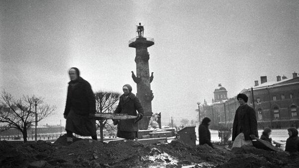 Гражданское население ведет строительство оборонительных сооружений на стрелке Васильевского острова в Ленинграде