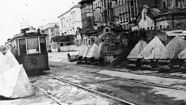 Противотанковые надолбы на улицах блокадного Ленинграда