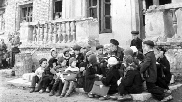 Урок на крыльце разрушенной немецкими обстрелами школы