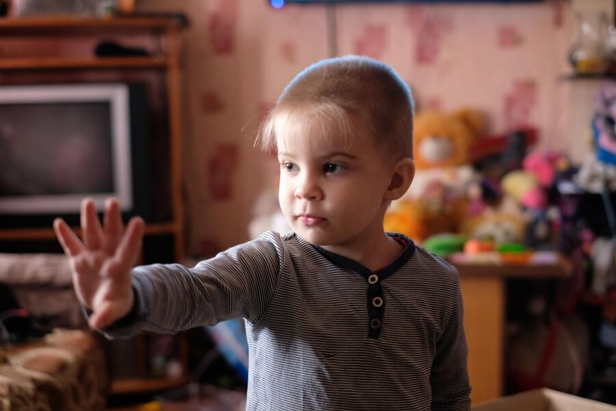 Яше три года. Но на пальцах он показывает пять
