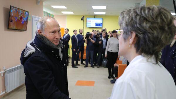 Президент РФ Владимир Путин во время посещения Детской поликлиники ГУЗ Усманская ЦРБ в городе Усмань